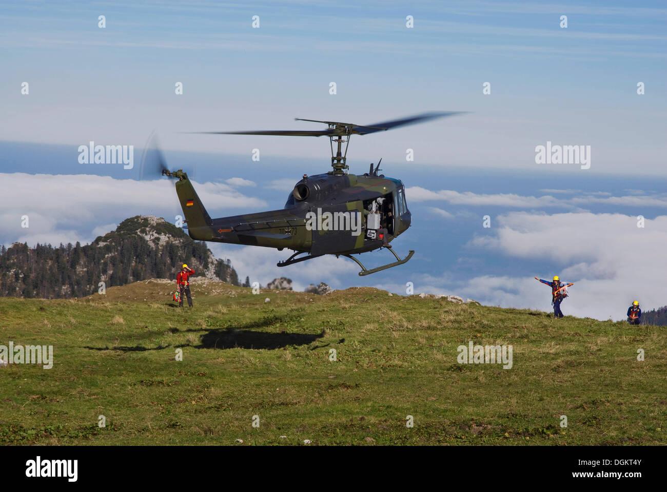 Bundeswehr de aterrizaje de helicópteros militares dirigidos por personal de rescate, los Alpes bávaros, Alta Baviera, Baviera Imagen De Stock