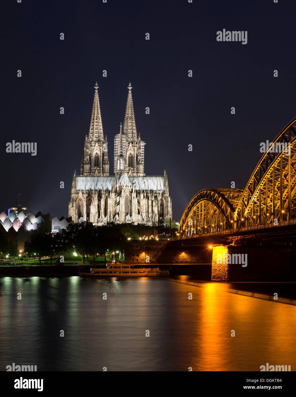 Vista desde Cologne-Deutz el Wallraf-Richartz-Museum, Koelner Dom, la catedral de Colonia y el Puente de Deutz, por la noche, Colonia Imagen De Stock