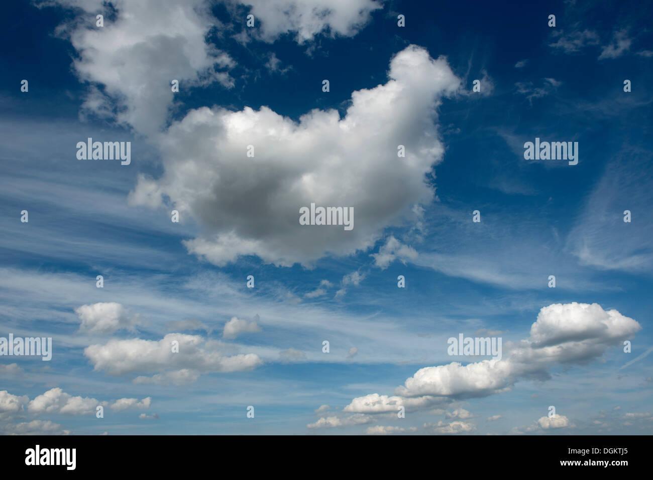 Las nubes cúmulos y nubes cirros en el cielo Foto de stock