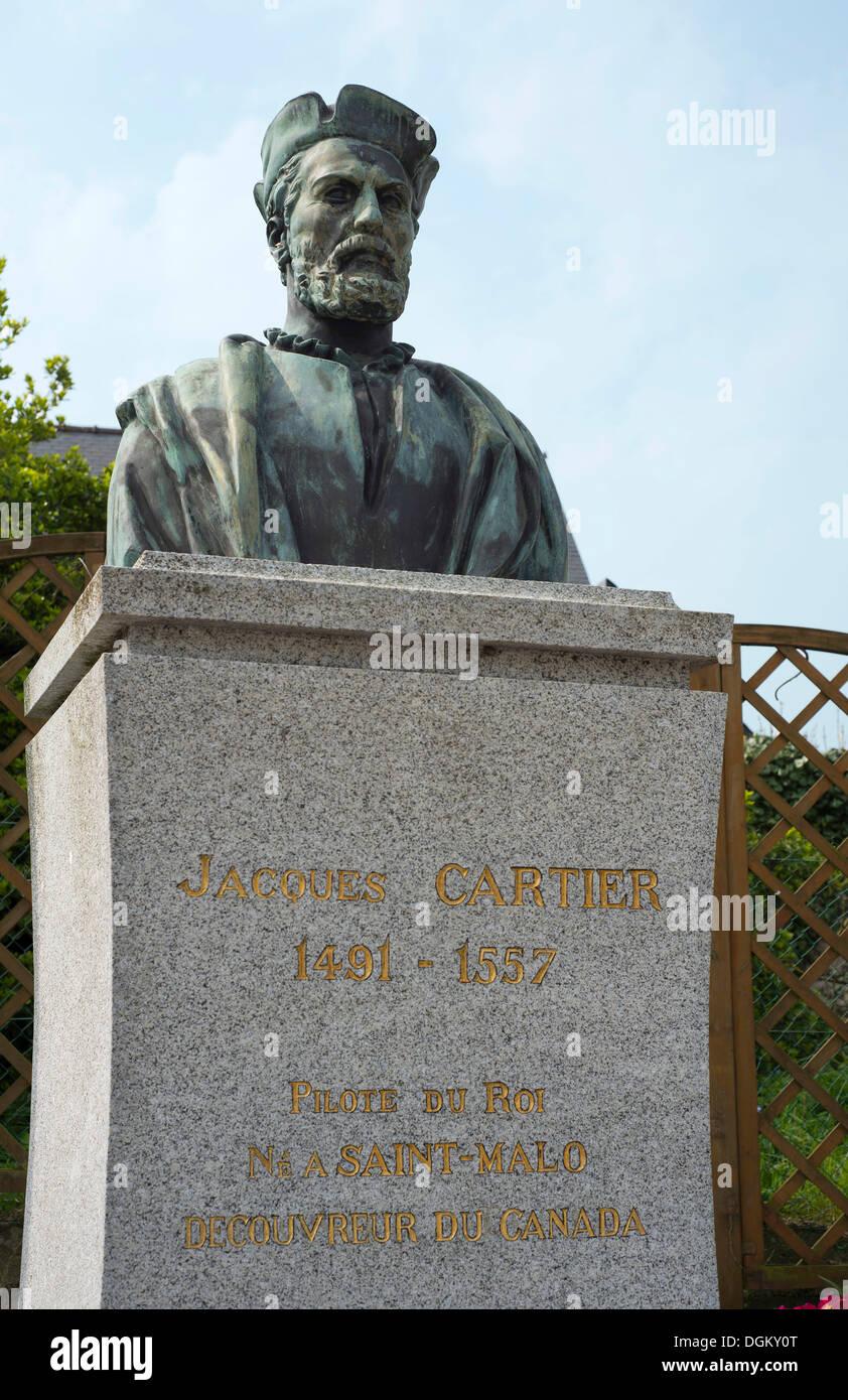 Monumento al navegante y explorador Jacques Cartier en su ciudad natal, Rothéneuf, Bretaña, Francia, Europa Imagen De Stock