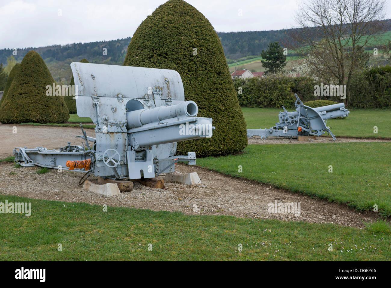 Cañón a un cementerio militar, batalla de Verdun, Primera Guerra Mundial, Verdún, Lorraine, Francia, Europa Imagen De Stock