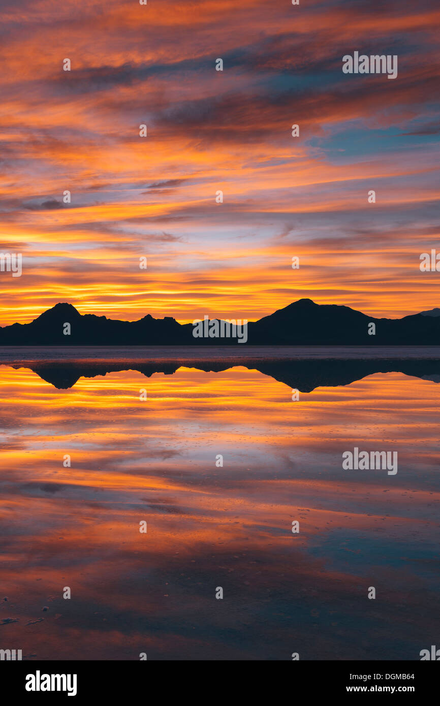 El cielo al atardecer. Las capas de nubes reflejando en las aguas someras inundando las salinas de Bonneville Imagen De Stock