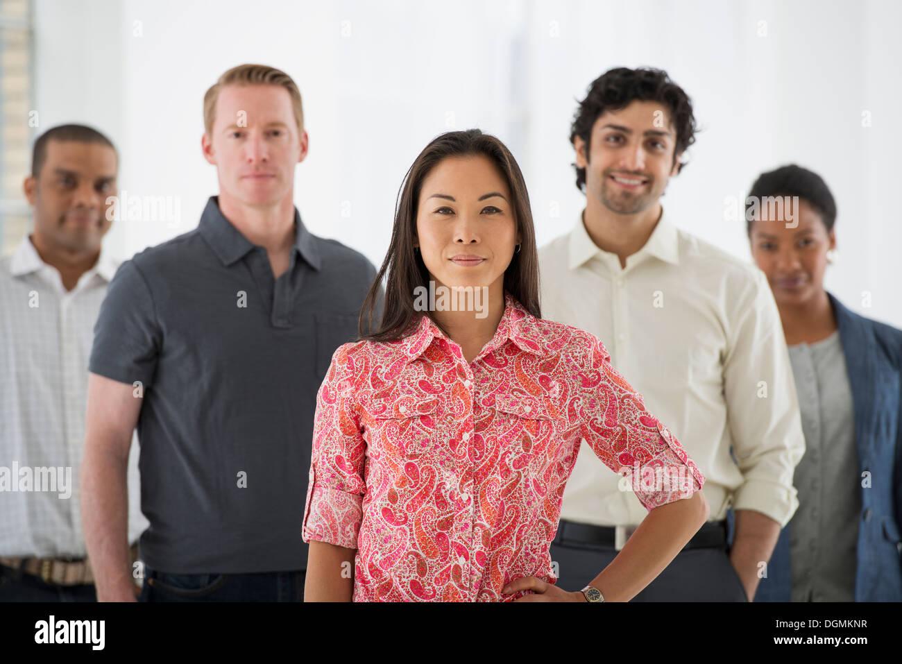 Los negocios. Un equipo de personas, un grupo multiétnico, hombres y mujeres de un grupo. Foto de stock