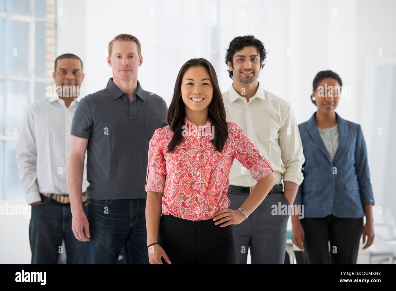 Los negocios. Un equipo de personas, un grupo multiétnico, hombres y mujeres de un grupo. Imagen De Stock