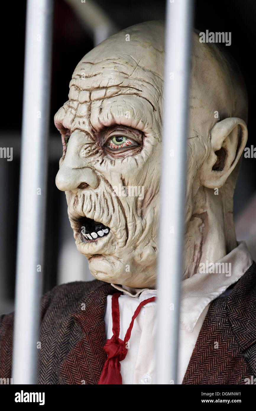 El hombre detrás de las rejas, desesperada cara, casa embrujada figura Imagen De Stock