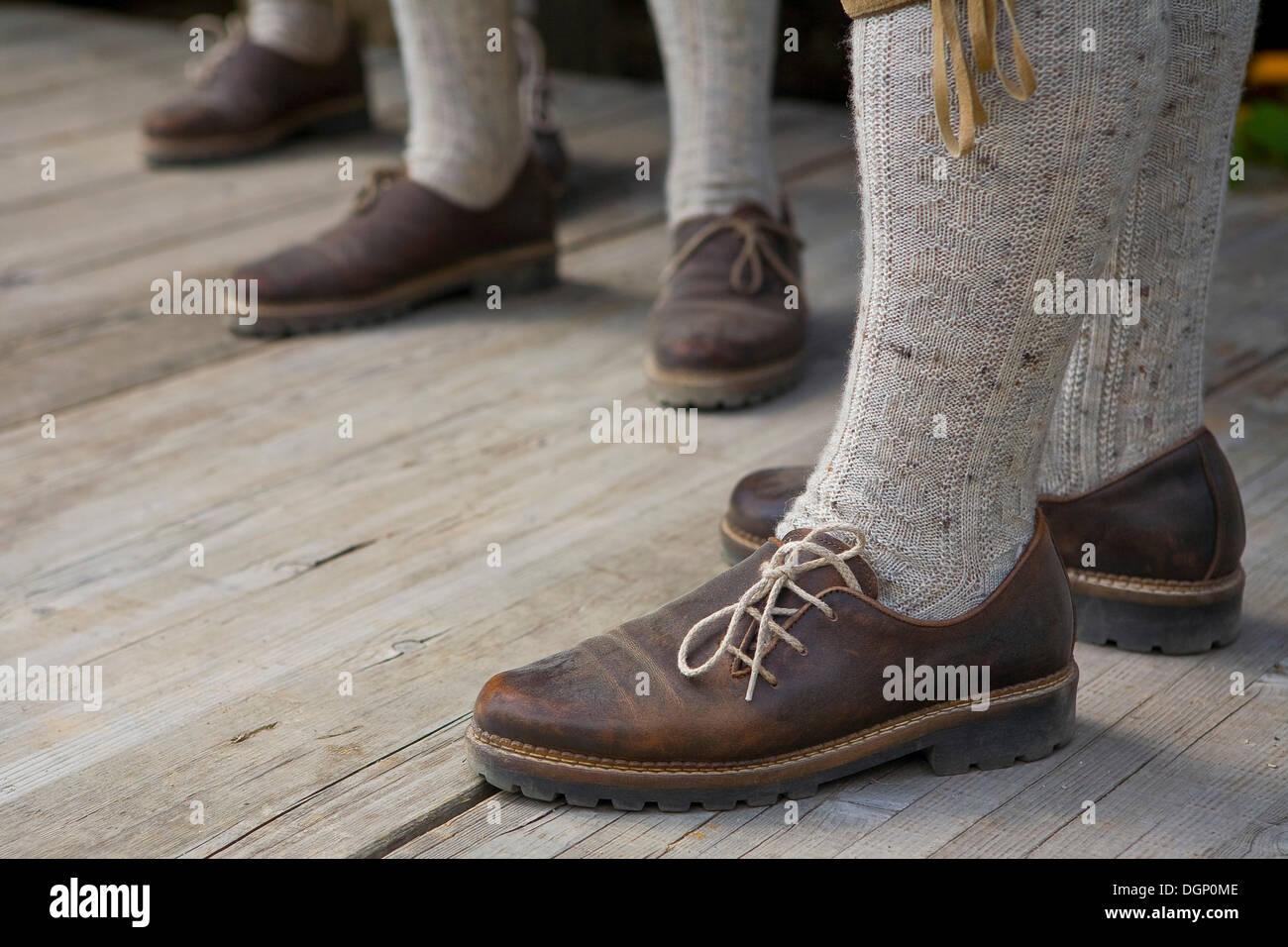 Traje tradicional tirolés, el detalle de los pies, el Tirol del Sur, Italia, Europa Foto de stock
