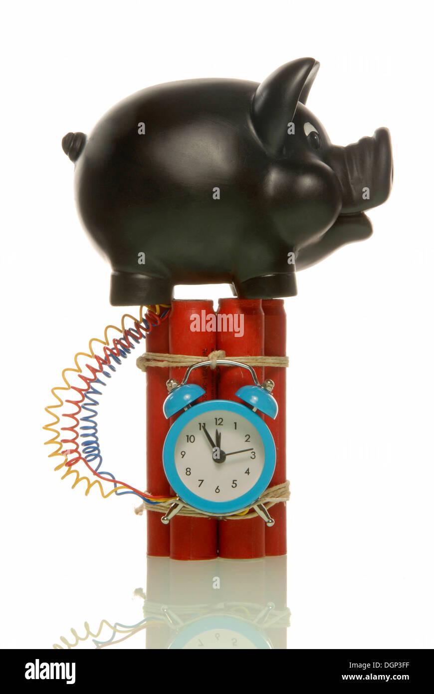 Hucha sobre una bomba, imagen simbólica para ahorro arriesgado Foto de stock
