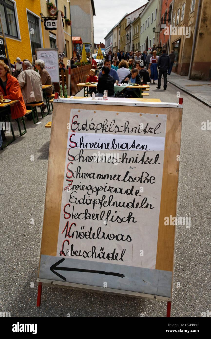 Menú de especialidades regionales, mercado Webermarkt Haslach, An der Muehl, Upper Austria, Austria, Europa PublicGround Imagen De Stock