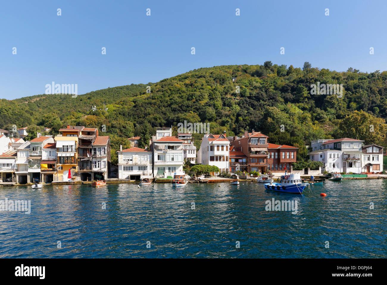 Casas con garajes en barco a orillas del Bósforo o el Bósforo, Bósforo, Anadolu Kavagi, Estambul lado asiático Foto de stock