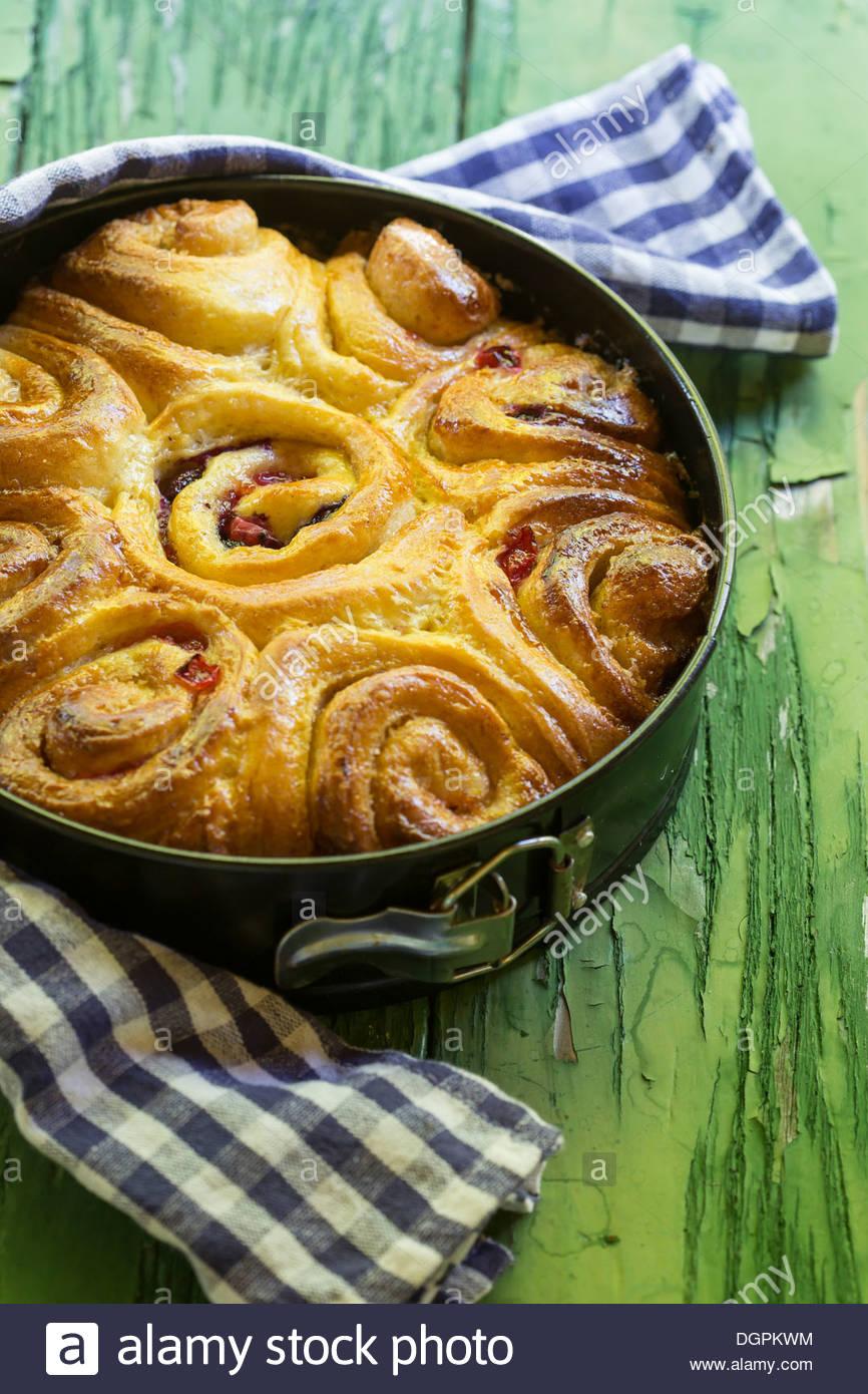Alemania, Baviera, torta de levadura con azúcar de canela y bayas sobre mesa de madera, cerrar Imagen De Stock