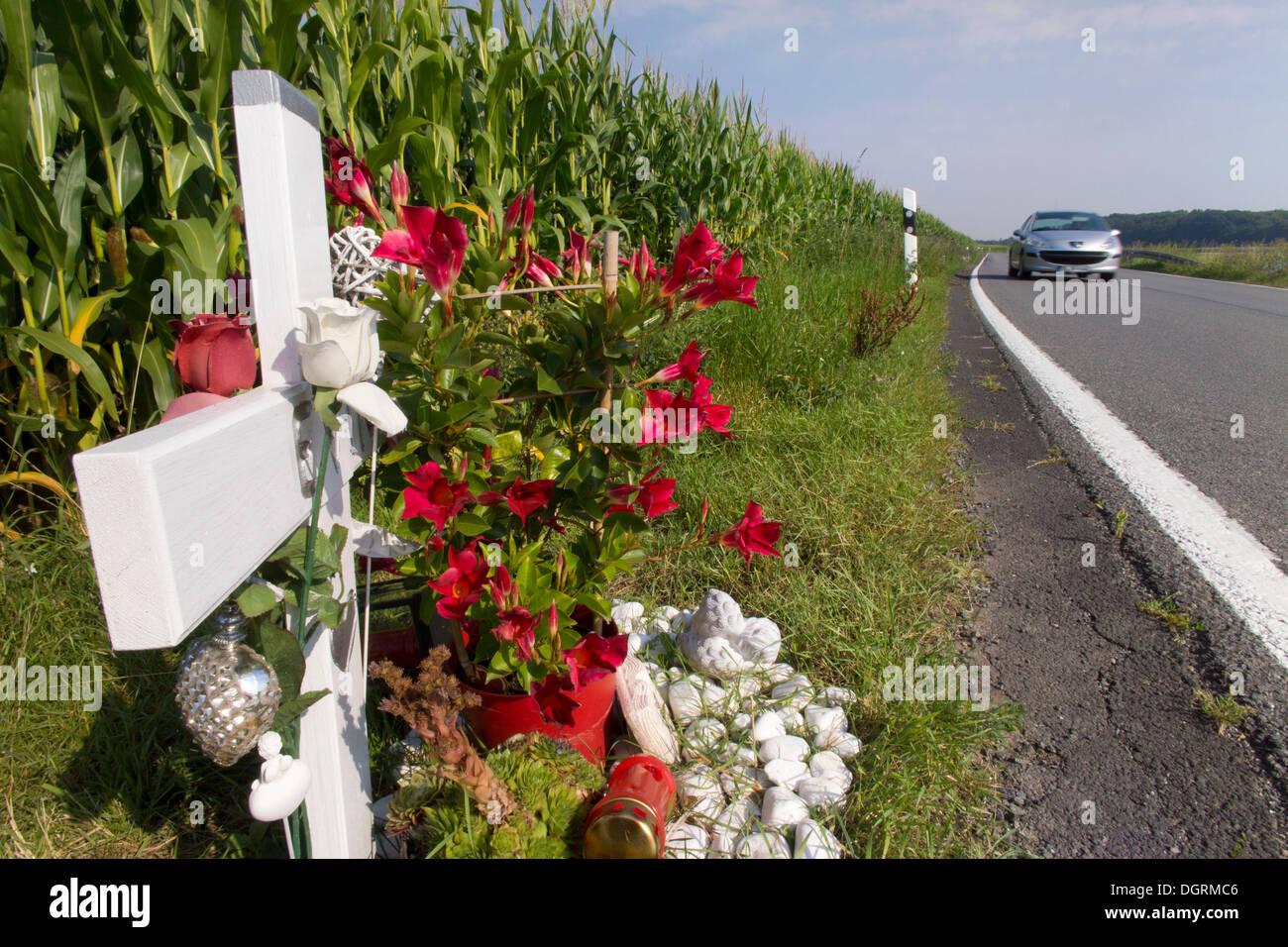 Cruz de madera en la carretera, en conmemoración de la víctima de un accidente de tráfico Imagen De Stock