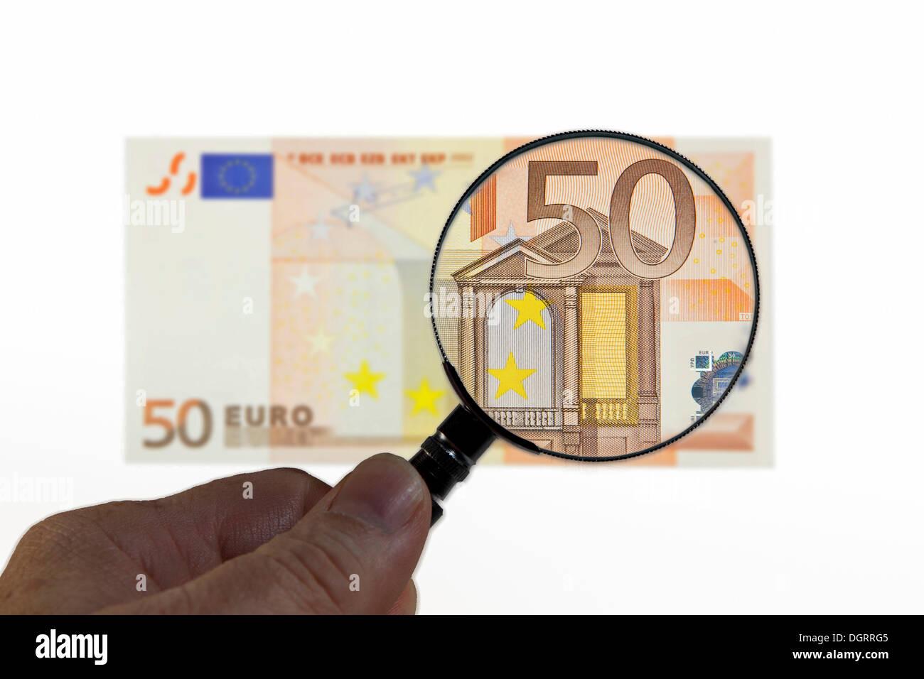 50 euros bajo una lupa, imagen simbólica, la observación del euro Foto de stock
