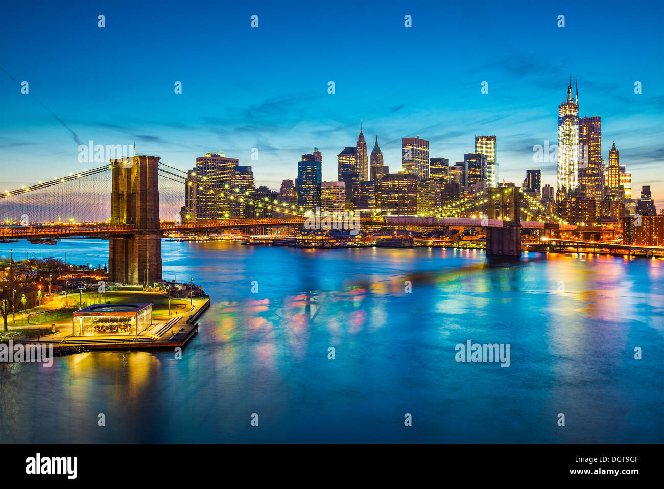 Famosa vista de la ciudad de Nueva York por el East River hacia el distrito financiero en la isla de Manhattan. Imagen De Stock