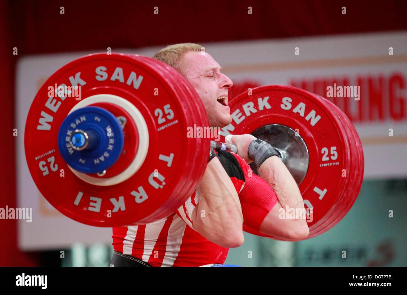 Wroclaw, Polonia. 25 Oct, 2013. Andrei Rybakou (BLR) durante el hombre de 85 kg grupo A finales de 2013 La IWF Mundo Imagen De Stock