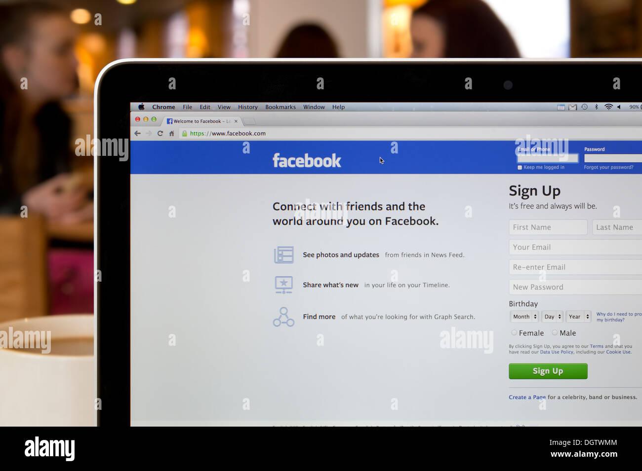 El sitio web de Facebook disparó en un ambiente de cafetería (sólo para uso editorial: -print, televisión, e-book editorial y sitio web). Imagen De Stock