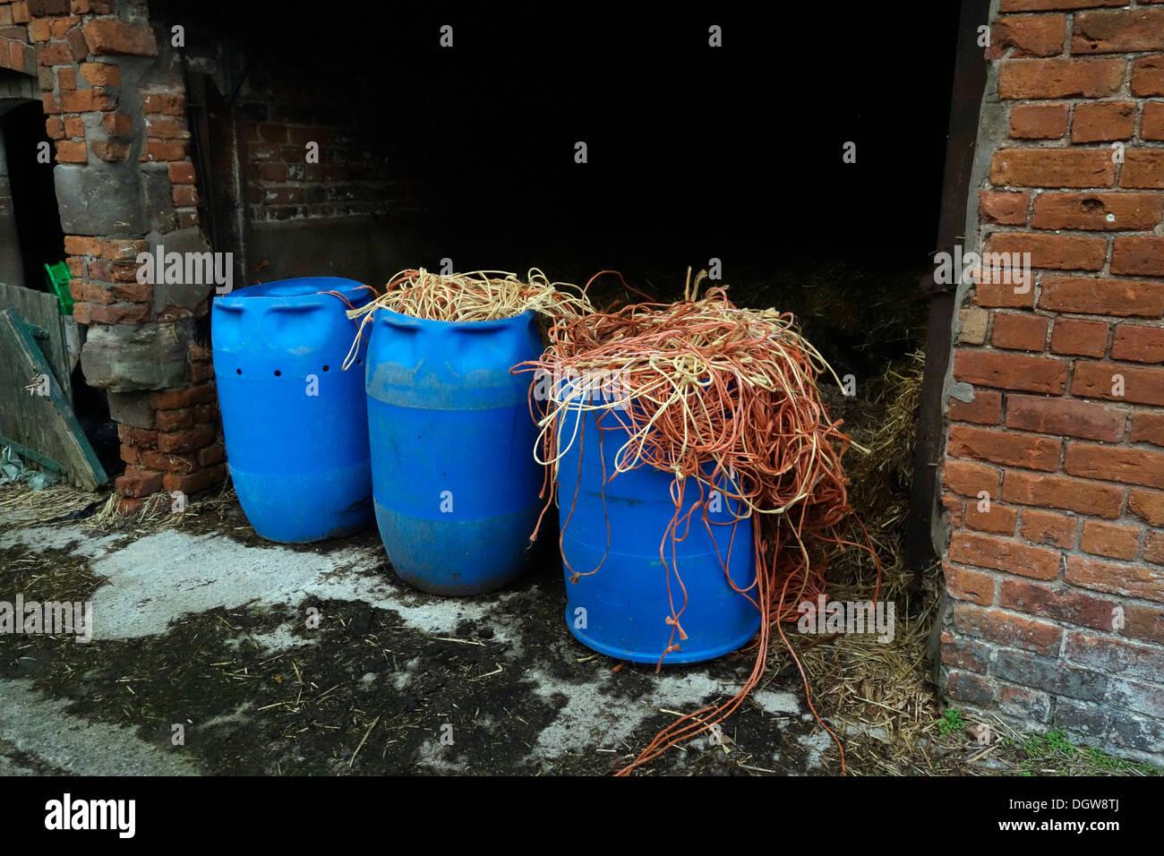Cadena de polipropileno guardados desde los fardos de heno y paja para reciclaje en Cheshire, Reino Unido Vaquería Foto de stock