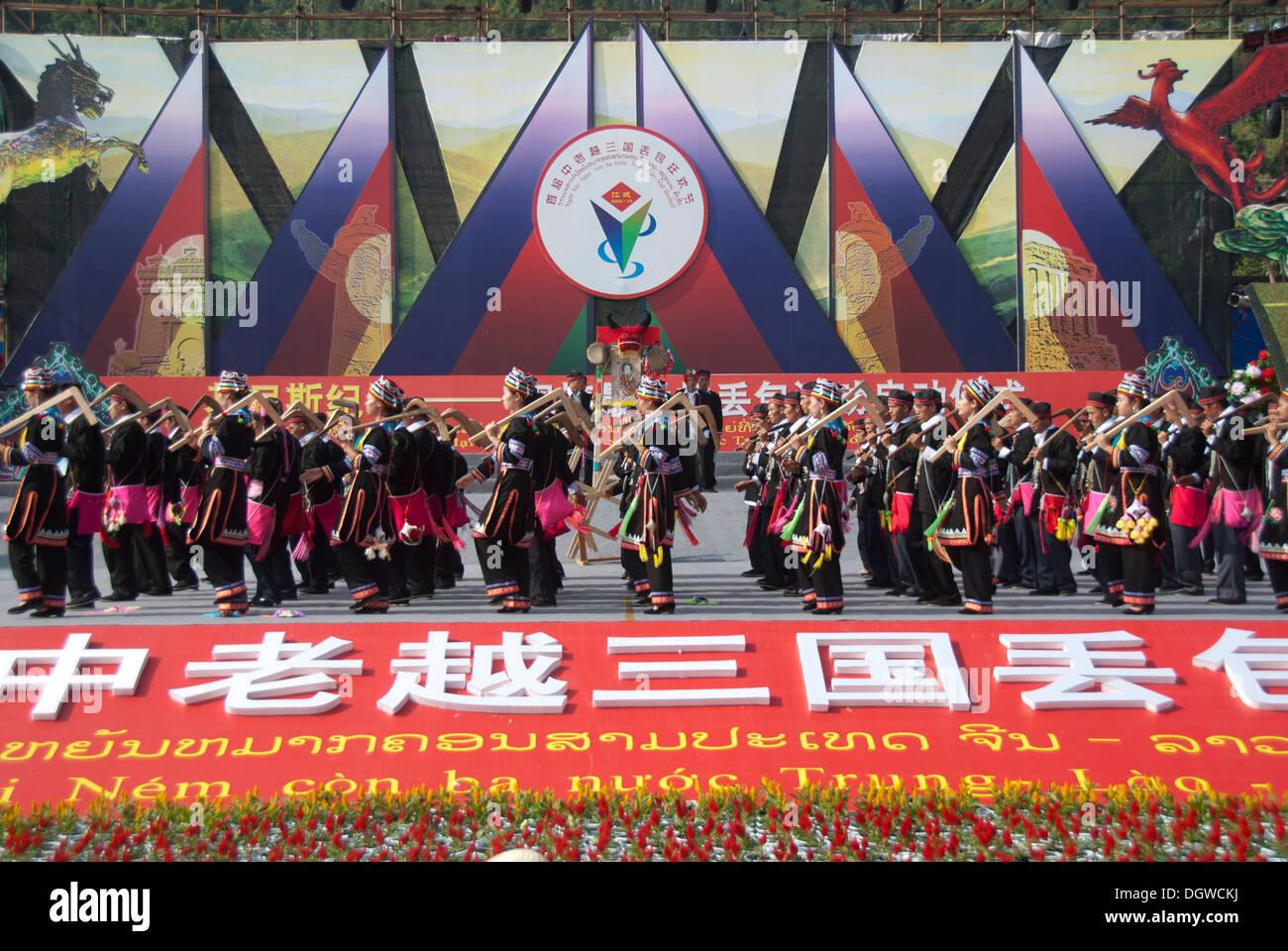 Danza de las minorías étnicas durante un festival, Jiangcheng, Pu'er Ciudad, Provincia de Yunnan, República Popular de China Imagen De Stock
