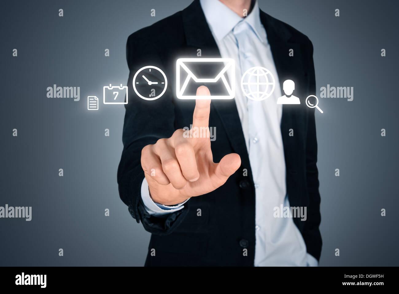 Retrato de joven apuesto empresario toque futurista interfaz de menú digital con varios iconos. Aislados en fondo Imagen De Stock