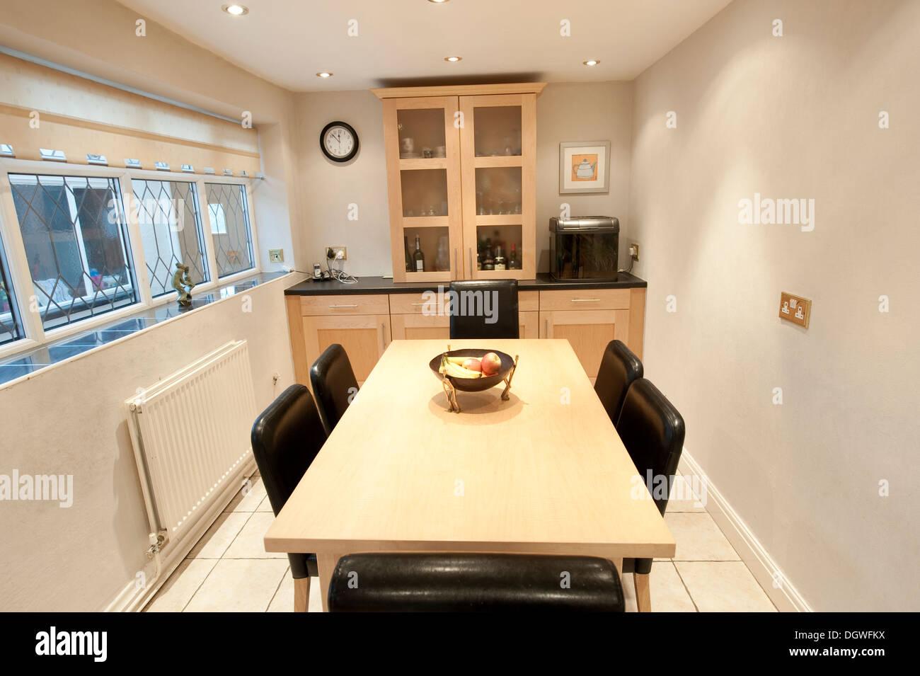 Moderno, limpio brillante mesa de comedor clase media Imagen De Stock
