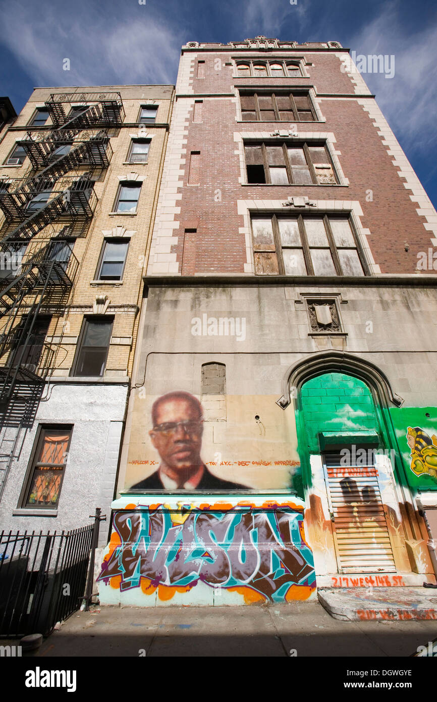 Graffiti, el retrato del líder de los derechos civiles Malcolm X en Harlem, West 147 Street, New York City, New York, EE.UU. Imagen De Stock