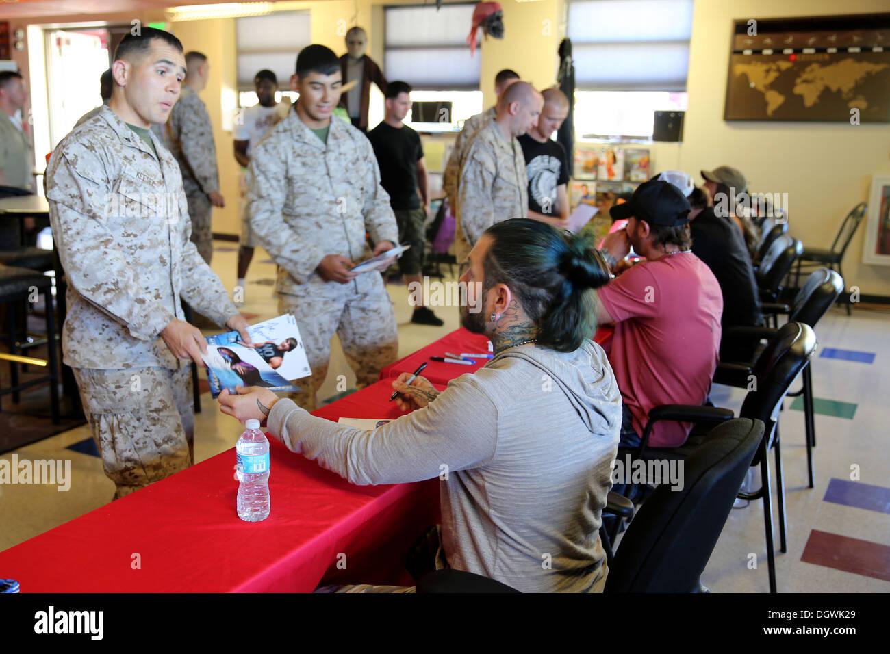 Infantes de marina recibir autógrafos de Impact wrestling stars, Jeff Hardy, A.J. Estilos, Brooke, y el artillero, en el Gran Escape a bordo Imagen De Stock
