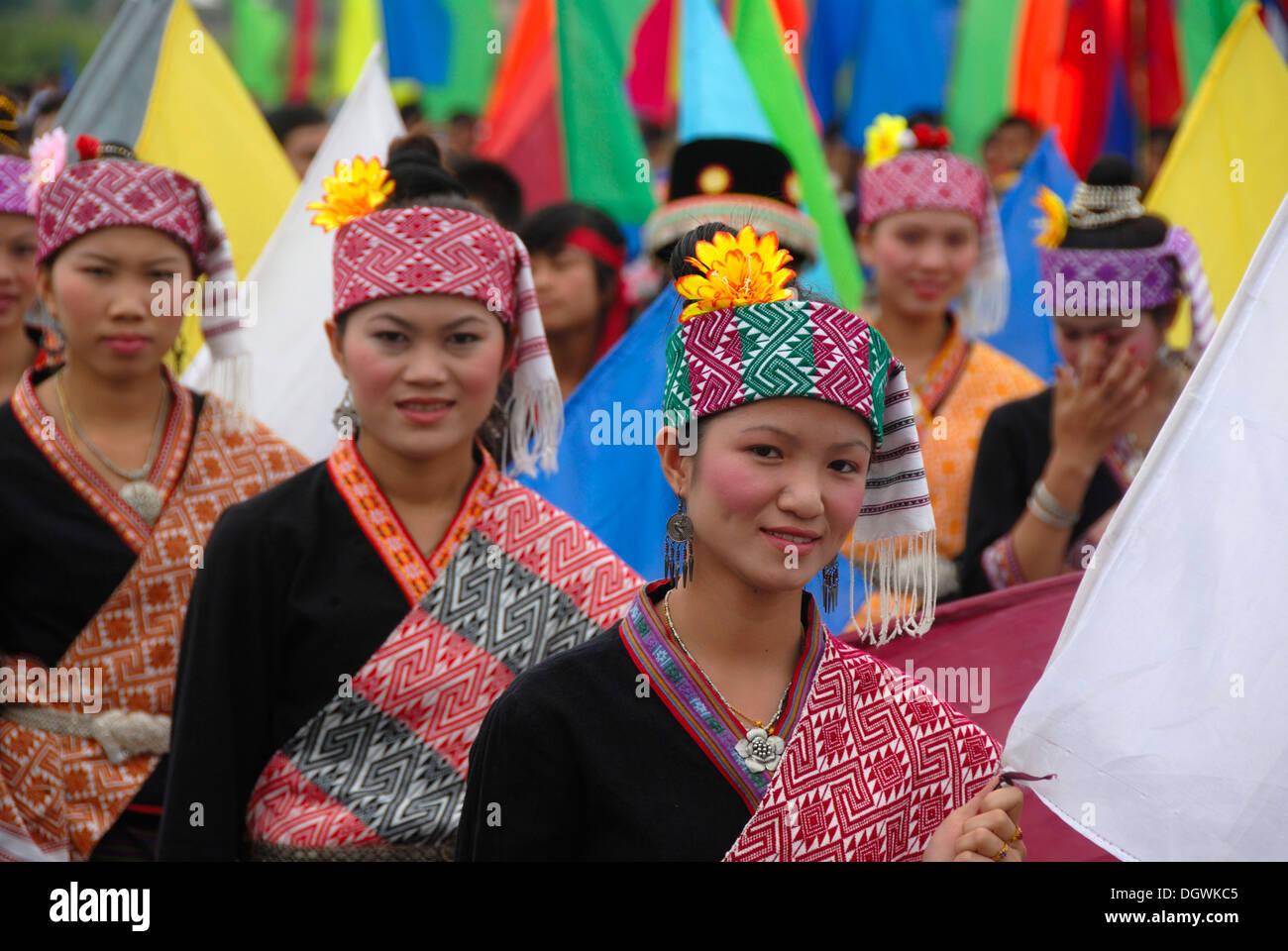 Festival, jóvenes mujeres del grupo étnico khmu, ropa tradicional, sombreros, Muang Xai, provincia Udomxai, Imagen De Stock