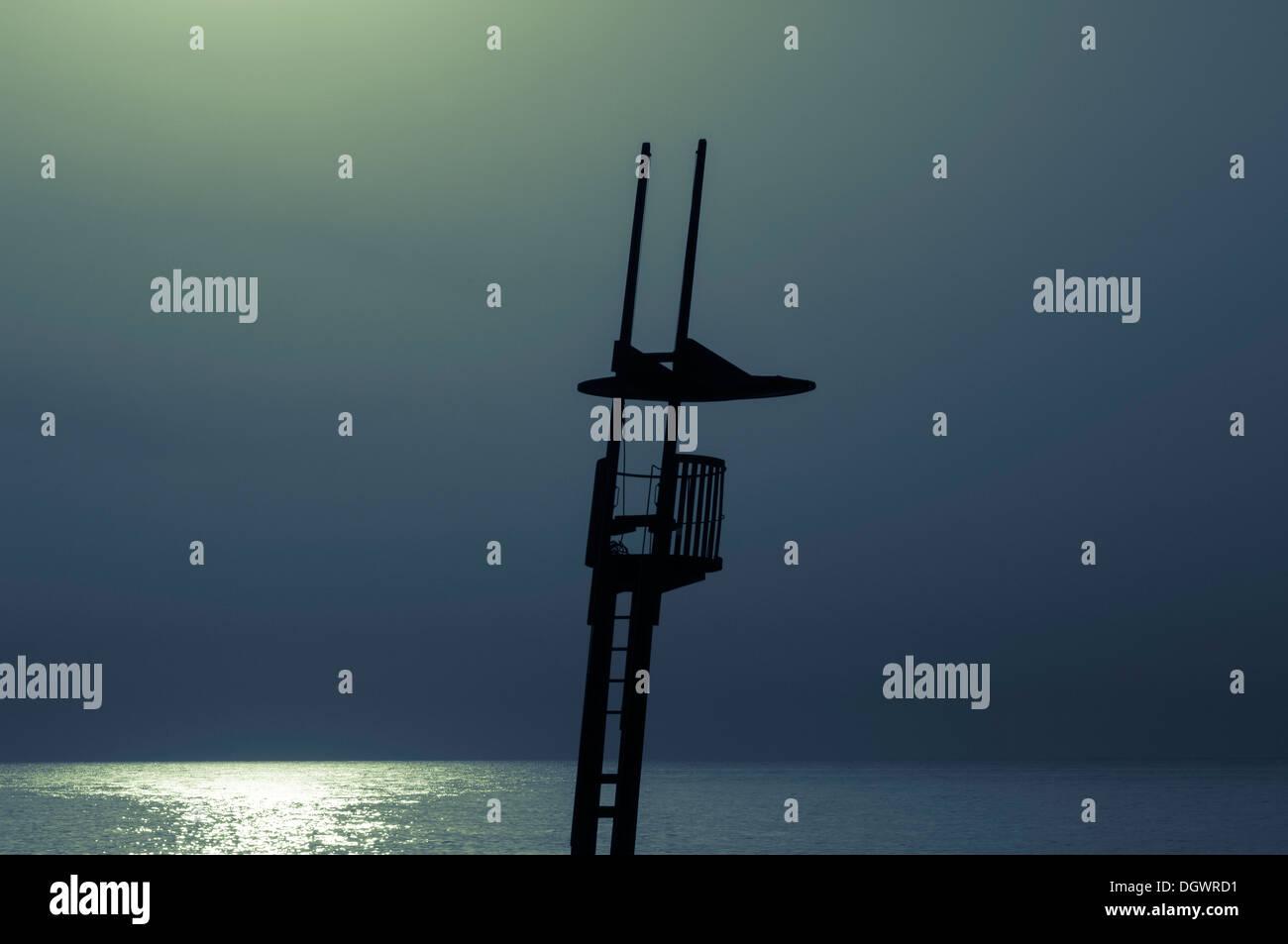 Silueta de estilo modernista de vigilante de la playa, la playa de Torre Sant Sebastia, Barcelona, Cataluña, España Foto de stock