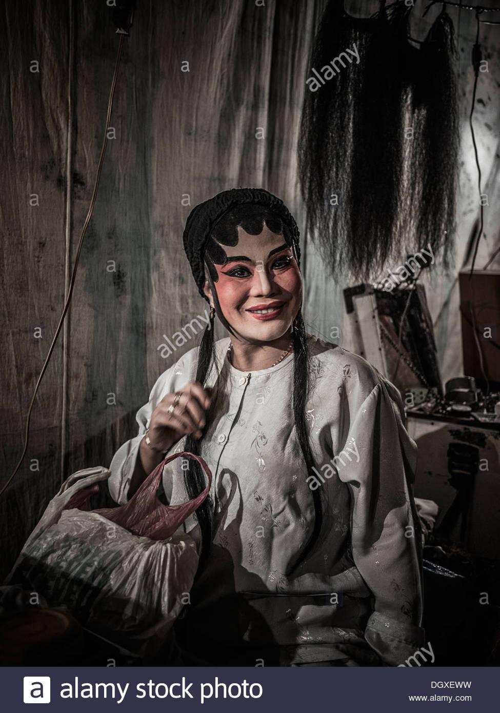 Actor de la ópera china en pleno maquillaje y atuendo backstage antes de una actuación. Tailandia S. E. AsiaFoto de stock