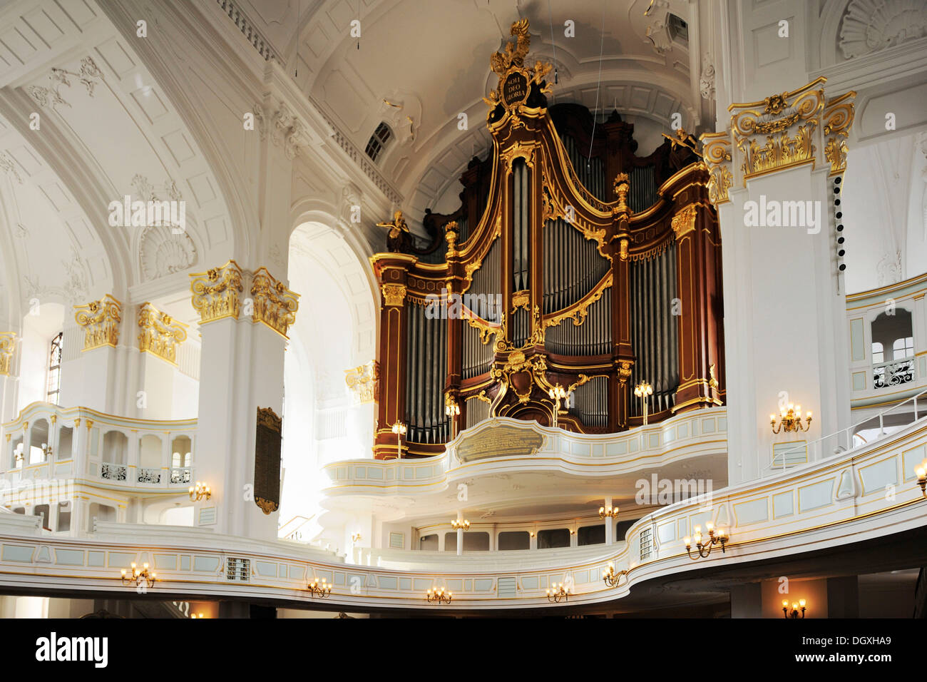 Vista interior de la iglesia barroca San Michaelis con órgano, Hamburgo Imagen De Stock
