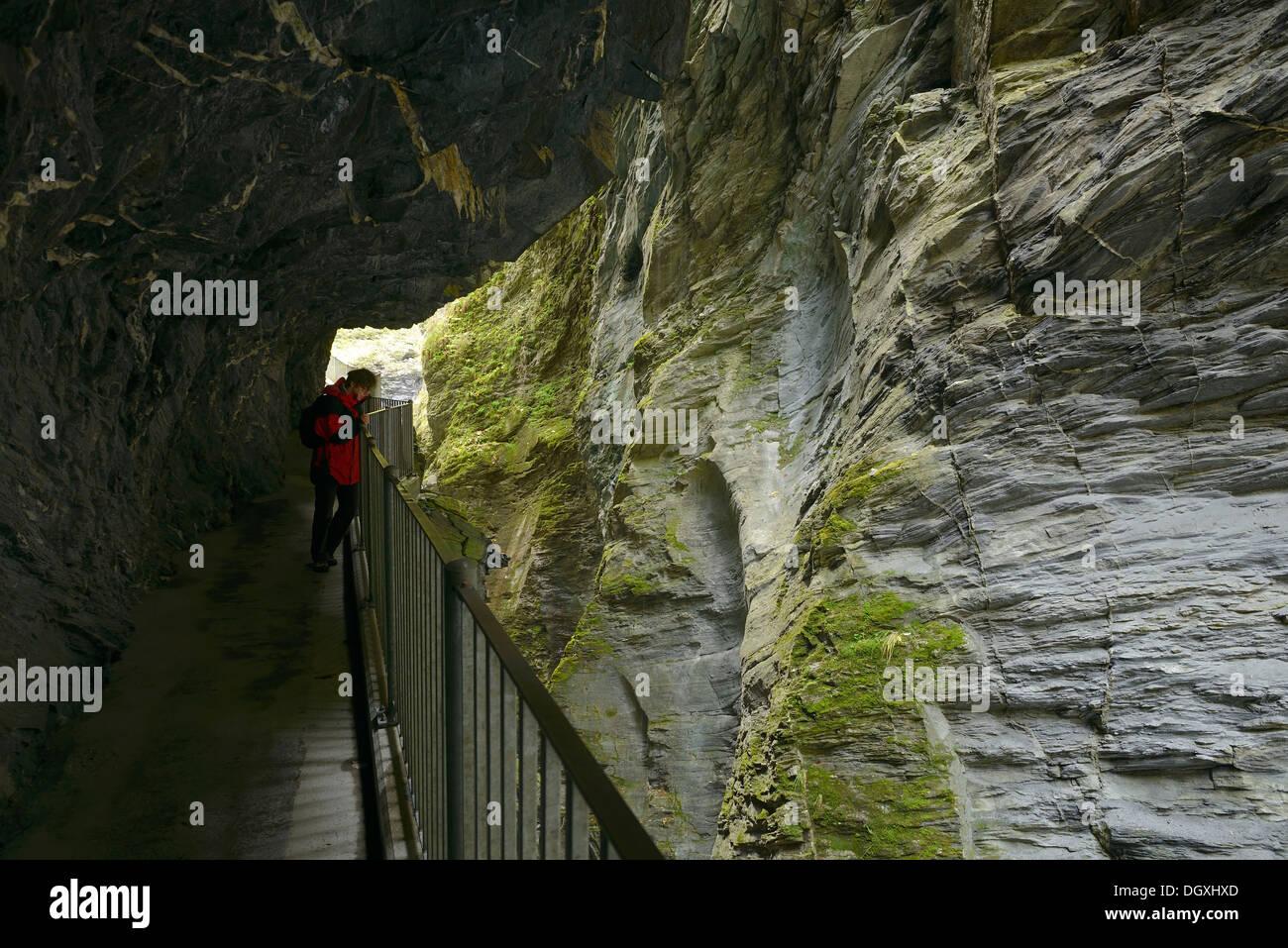 Mirando hacia el turista Viamala Gorge cerca de Thusis, cantón de los Grisones, Suiza, Europa Imagen De Stock