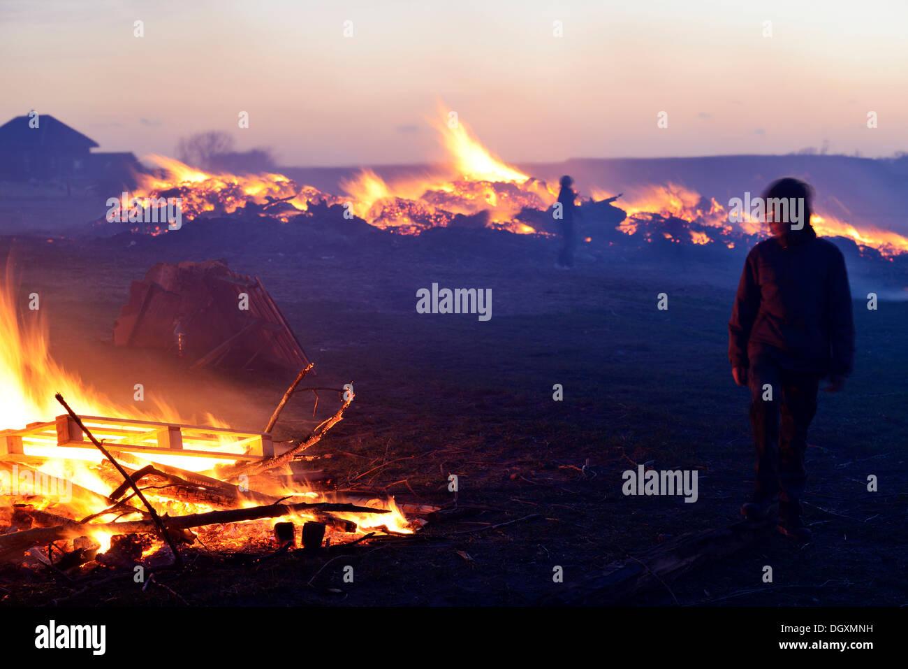 'May-blaze' hoguera en celebración de la primavera y el comienzo de la luz, también Meierblis en holandés, Oudeschild, Foto de stock