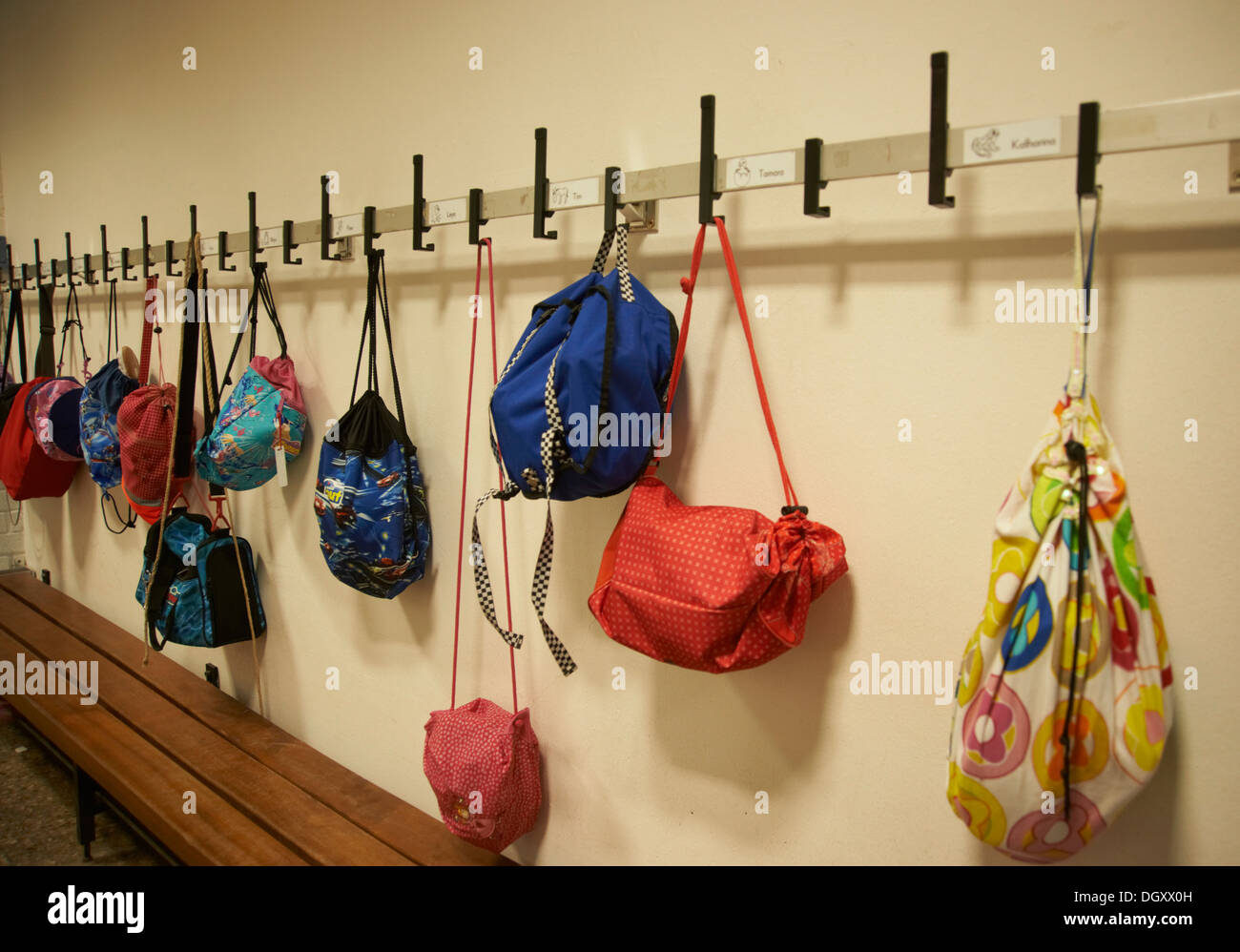 Armario en el pasillo de la escuela con bolsas de deporte suspendido Foto de stock
