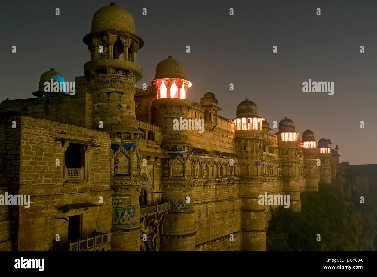 Palacio de Man Singh iluminada, Gwalior Fort, Gwalior, Madhya Pradesh, India, Asia Foto de stock