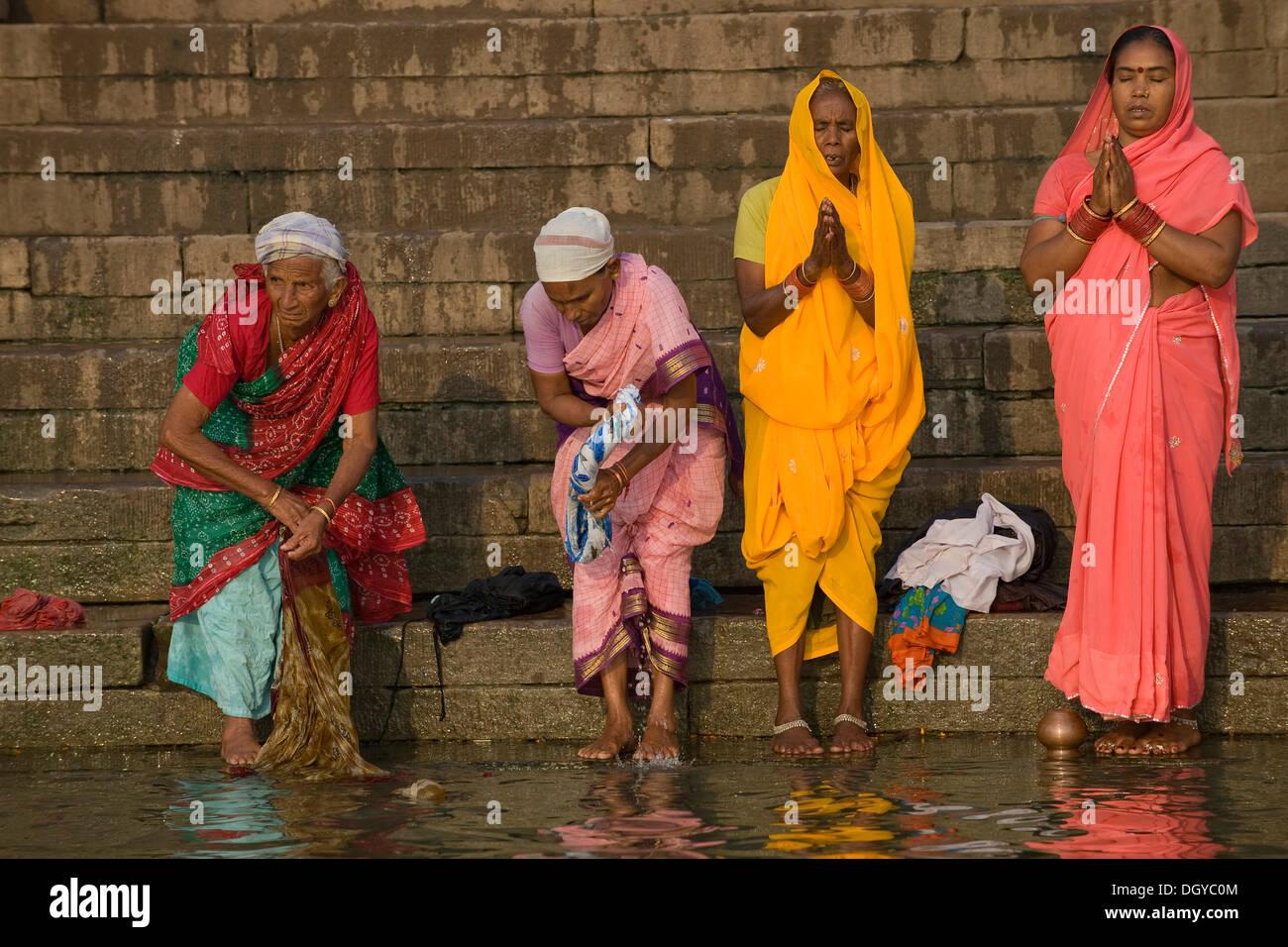 Las mujeres en la oración de la mañana hindú Puya, río Ganges, Varanasi, Uttar Pradesh, India, Imagen De Stock