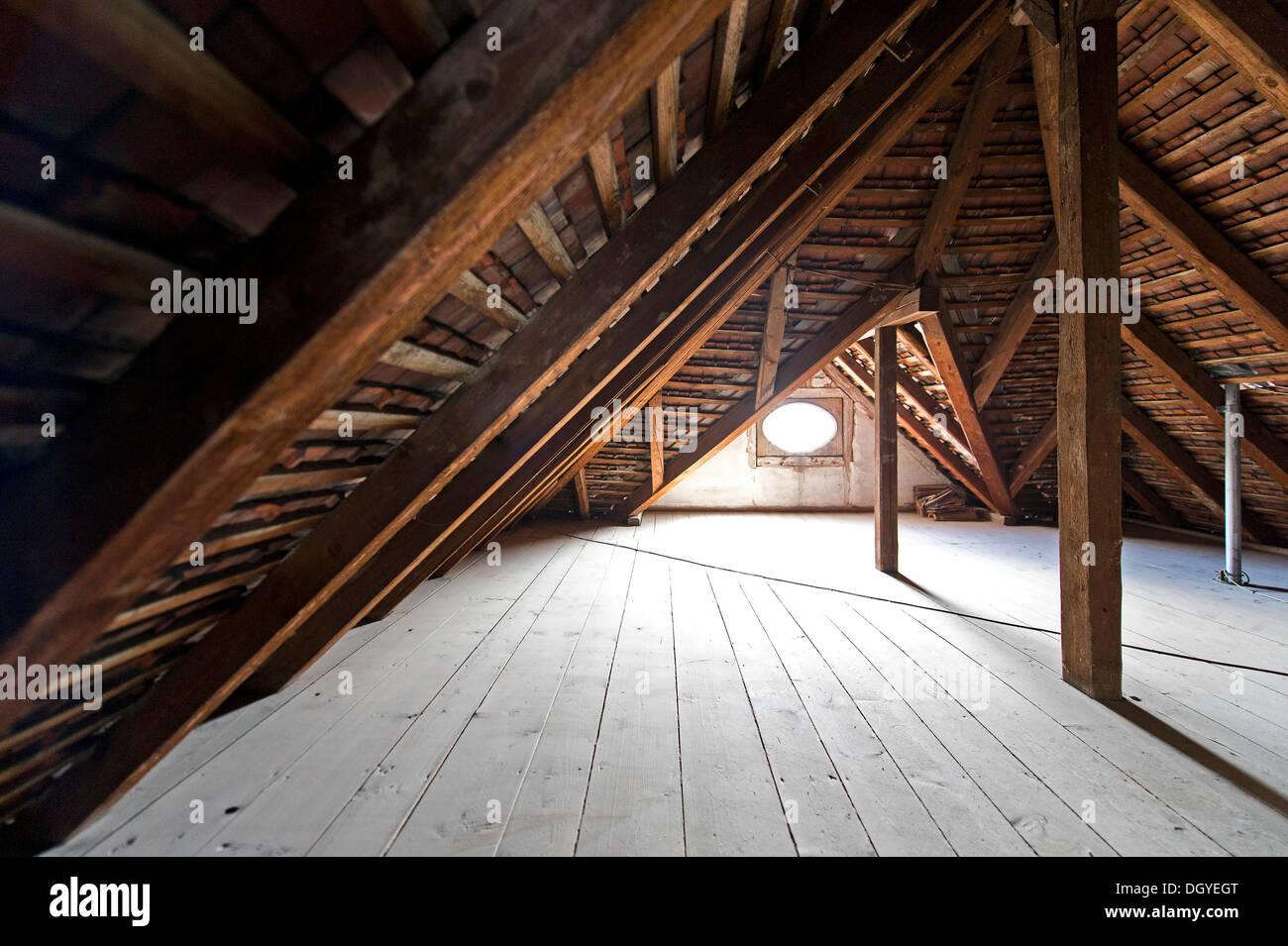 Vigas de madera, techo de madera, el ático de un edificio antiguo, Stuttgart, Baden-Wurtemberg Foto de stock
