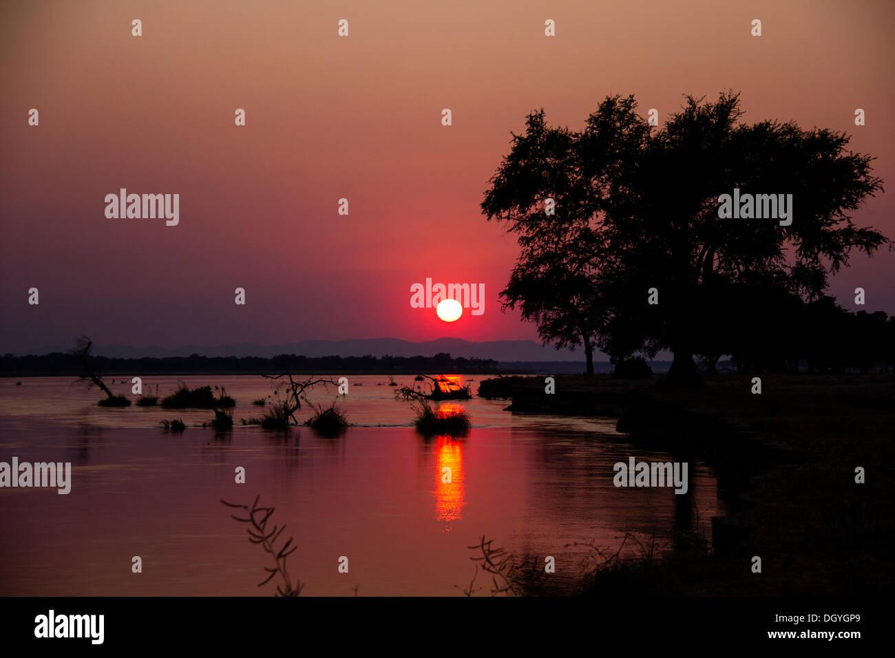 Atardecer sobre el río Zambezi, el Parque Nacional de Mana Pools, Zimbabwe, África Imagen De Stock