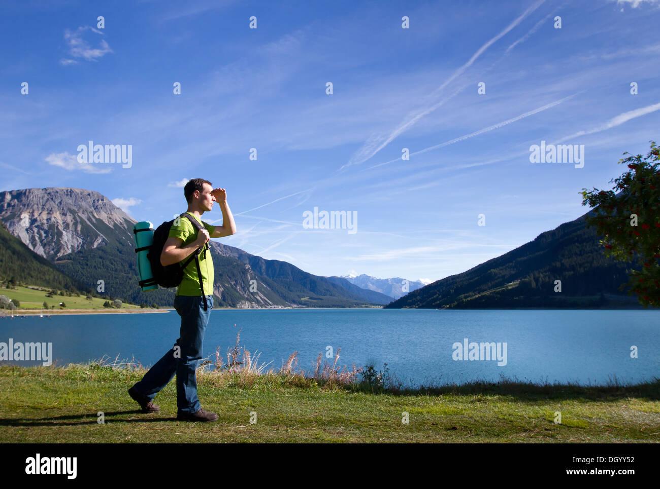 Viajero en las montañas mirando hacia adelante, Nueva visión Foto de stock