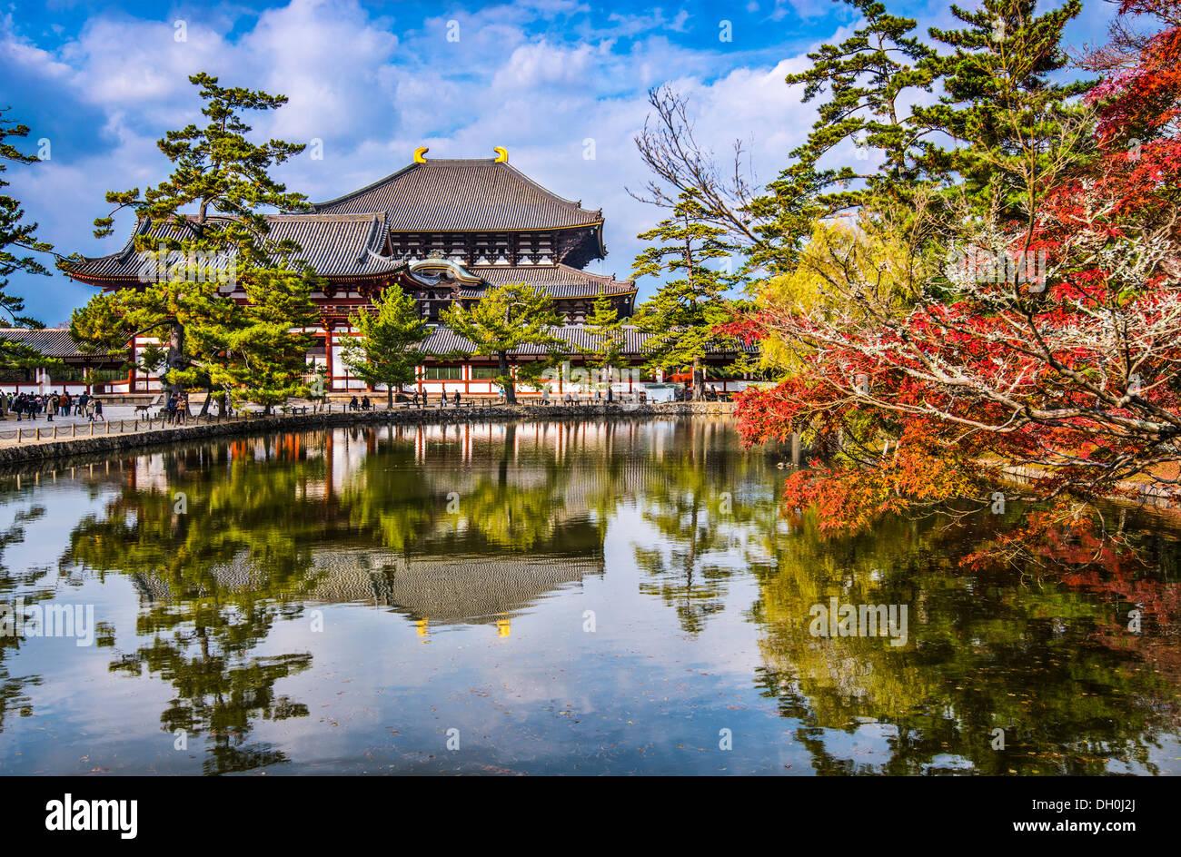 En el otoño el Templo Todaiji en Nara, Japón. Imagen De Stock