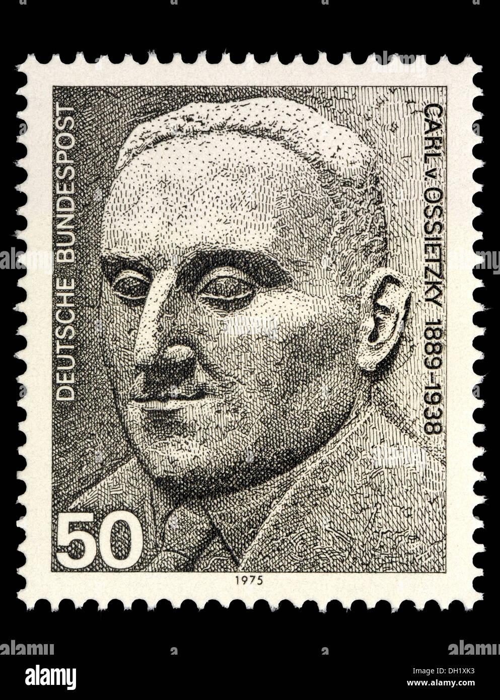 Retrato de Carl von Ossietzky (1889-1938: Alemán pacifista y el destinatario del Premio Nobel de la Paz 1935) en el sello alemán Imagen De Stock