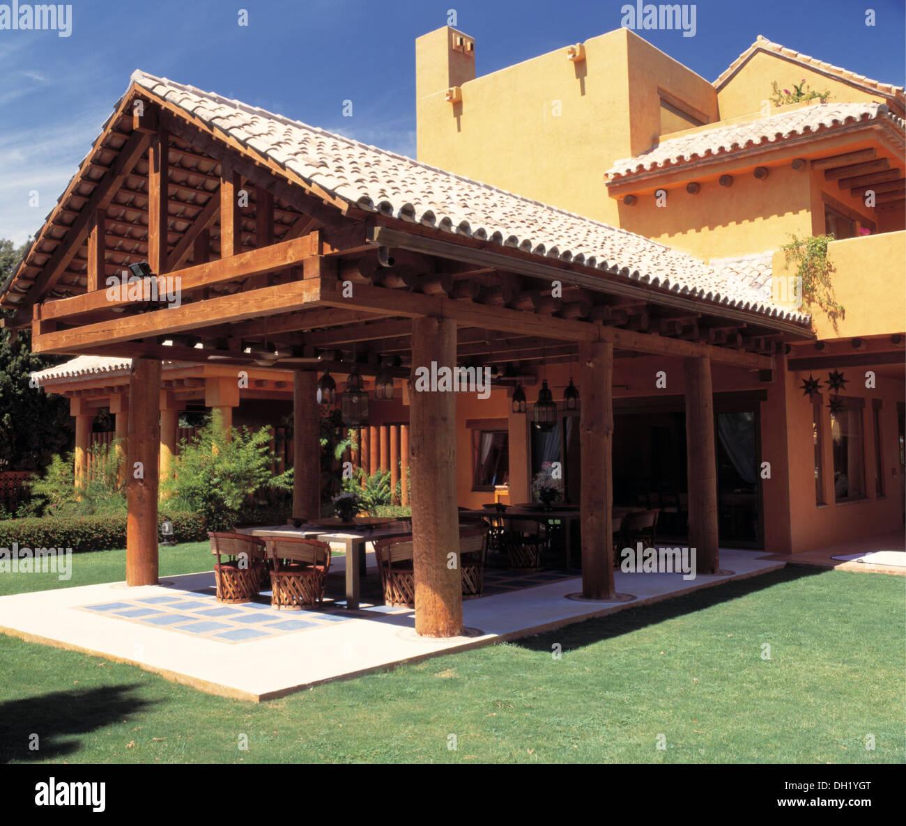Techo De Tejas En La Gran Terraza De Villa Española Moderna