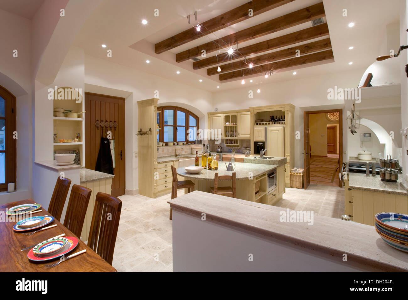 Amplia cocina comedor en villa espa ola moderna con iluminaci n de techo con vigas en el receso - Iluminacion para cocinas techos ...