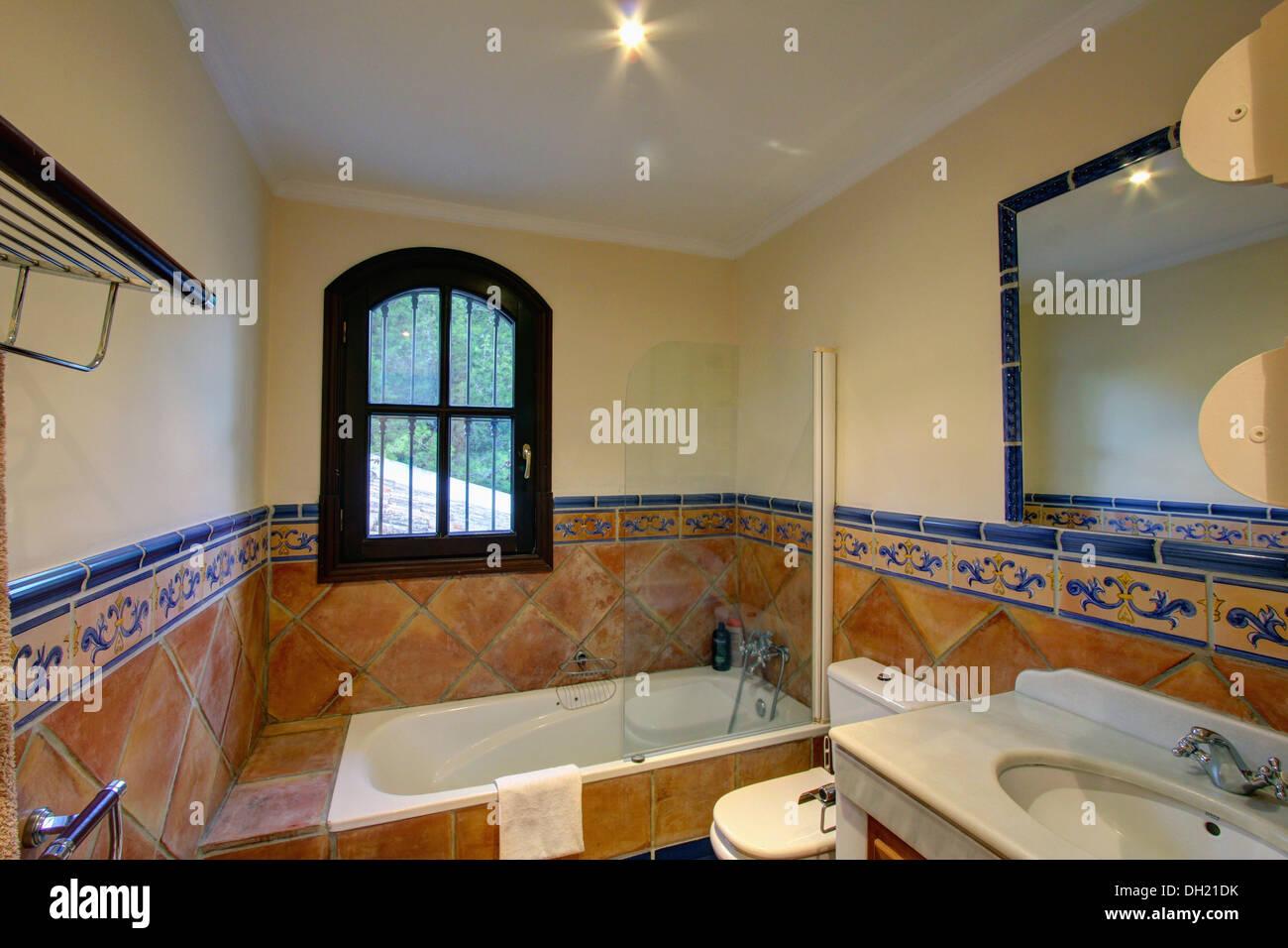 Ventana en español sobre la bañera, cuarto de baño con ...