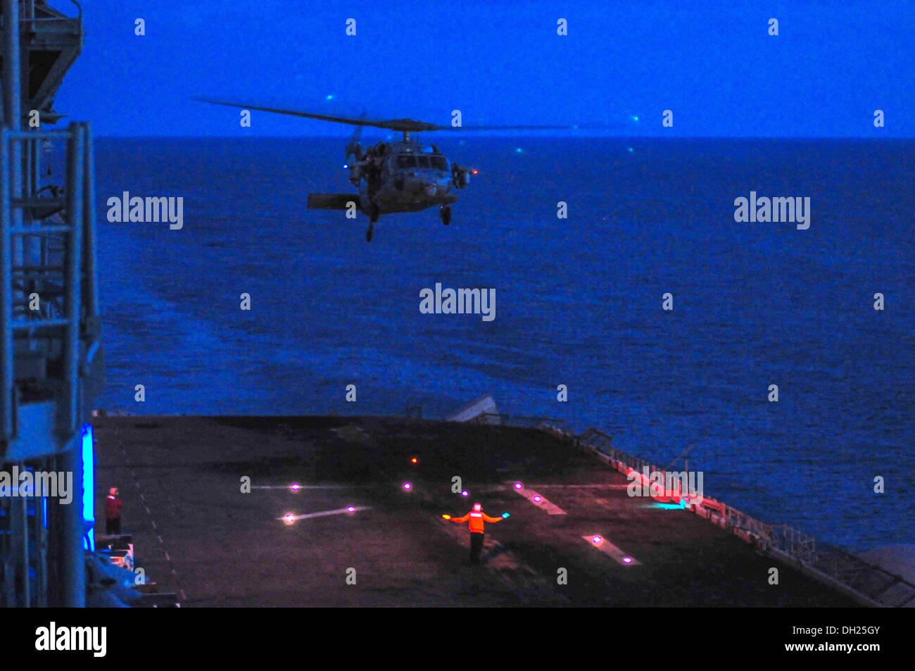 MH-60 Seahawk para aterrizar a bordo del buque de asalto anfibio USS Boxer (LHD 4). El boxeador es el buque insignia de la anfibio Boxer Imagen De Stock