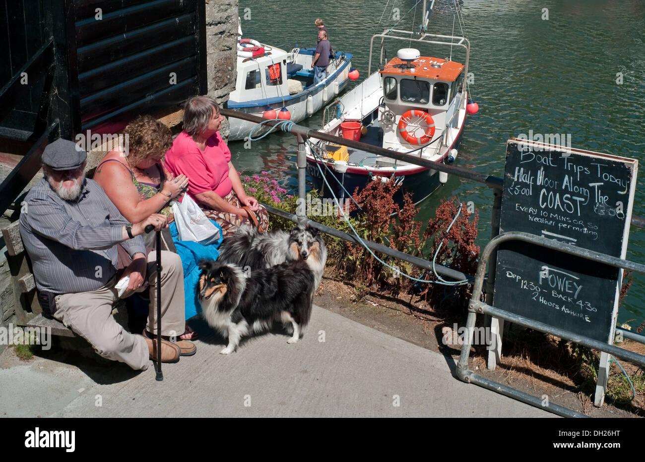 Gente esperando para viaje en barco Polperro Harbor South East Cornwall Imagen De Stock