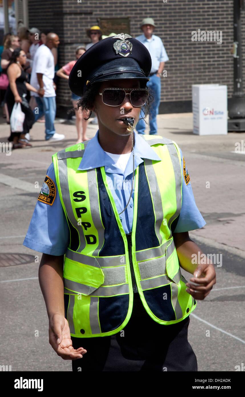 Mujer Policía negro tranquilamente dirigiendo el tráfico. Grand Old Día Festival St Paul MN Minnesota EE.UU. Imagen De Stock