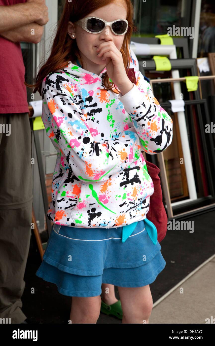 9aa7c9fa1 Niña de 11 años de edad buscando bastante fresco con gafas de sol y ropa de  moda en el Festival de almizcle. Hayward Wisconsin WI USA