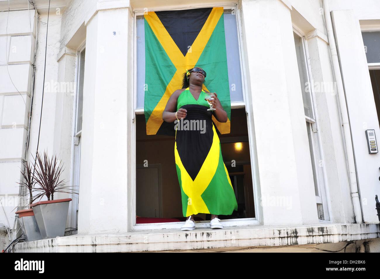 Una mujer vistiendo un traje de bandera de Jamaica en el Carnaval de Notting Hill, Londres Imagen De Stock