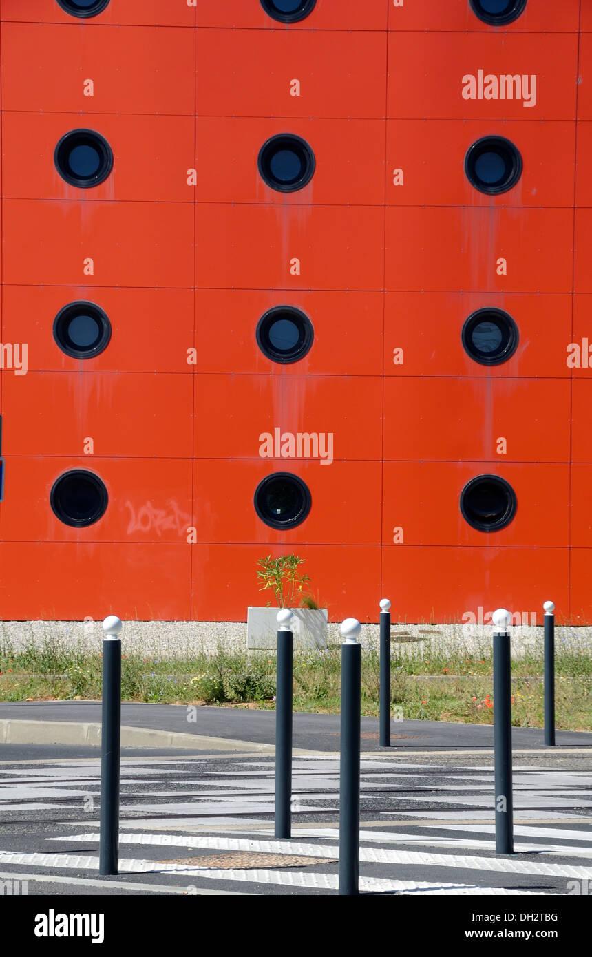 Ventanas circulares sobre apartamentos Street Furniture & cruce peatonal Montpellier Odysseum Imagen De Stock