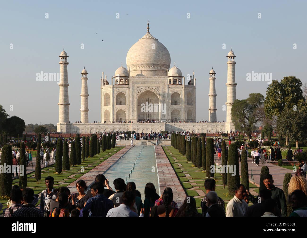 Los turistas delante del Taj Mahal, Agra, Uttar Pradesh, India, Asia Imagen De Stock