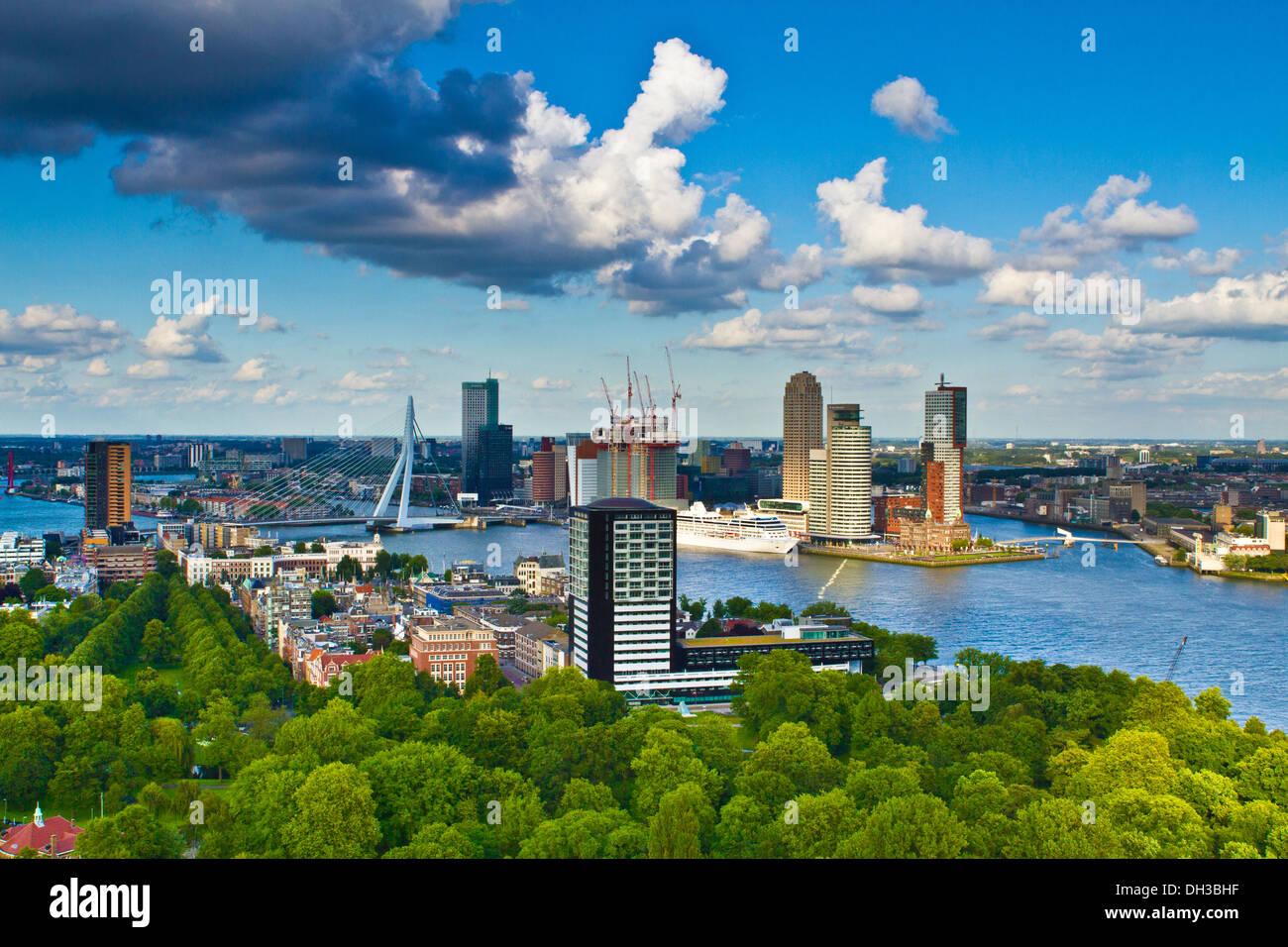 Y el puente Erasmus de Rotterdam Imagen De Stock